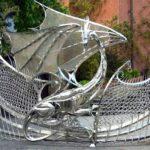 Portão com dragão em aço inox protege entrada de mansão