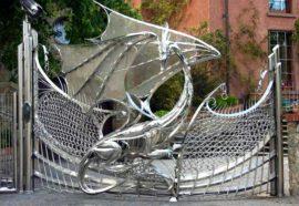 Dragão em portão de aço