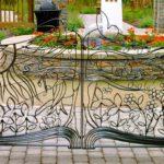 Portão de aço imita livro aberto com desenhos da Natureza