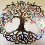Árvore da Vida com design celta em painel de metal colorido