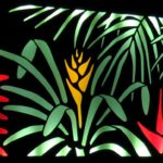 Arte mural decorativa em painel com iluminação noturna