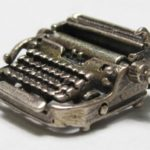 Mini máquina de escrever antiga para usar como pingente