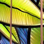 Utopia Tropical: painel com folhas pintadas em alumínio escovado