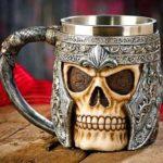 Caveira em caneca de cerveja com elmo de guerreiro medieval