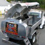 Caminhão-pipa reciclado como um food truck com churrasqueira