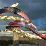 Cardume de golfinhos em painel holográfico de metal escovado