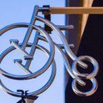 Letreiro de aço inox perpendicular à fachada de uma Bike Shop