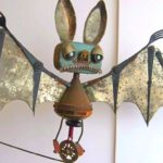 Morcego equilibrista esculpido com sucata de lata reciclada