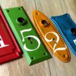 Números de endereço feitos com espelhos de fechaduras antigas