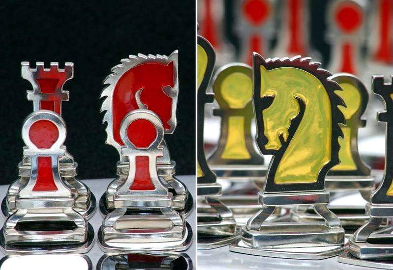 Jogo de xadrez vermelho e amarelo