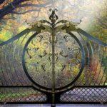 Projetos para portões clássicos de entrada esculpidos em metal