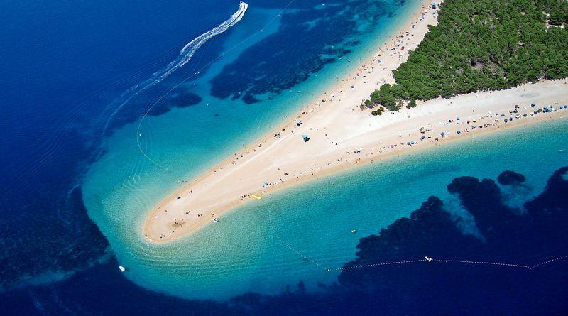 Ponta de areia em praia da Croácia