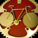 Pinhão e coroa de bicicleta reciclados como molduras de relógios