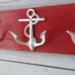 Miniatura de âncora como gancho de roupa na decoração náutica
