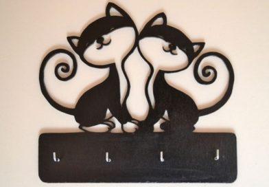 Gatos em porta-chaves de parede com quatro ganchos