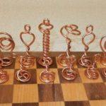 Peças para o jogo de xadrez feitas com fios de cobre reciclados