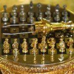 Jogo de xadrez de ouro e pedras preciosas dentro de ovo Fabergé
