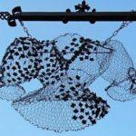 Tela de arame com flores de metal reproduz renda com bordado