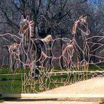 Porteira para haras com cavalos desenhados em varetas de metal