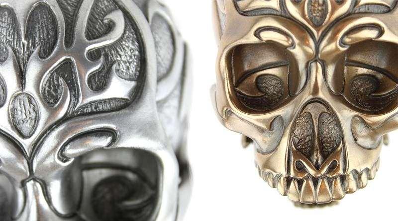 Crânio de resina imita metal prateado