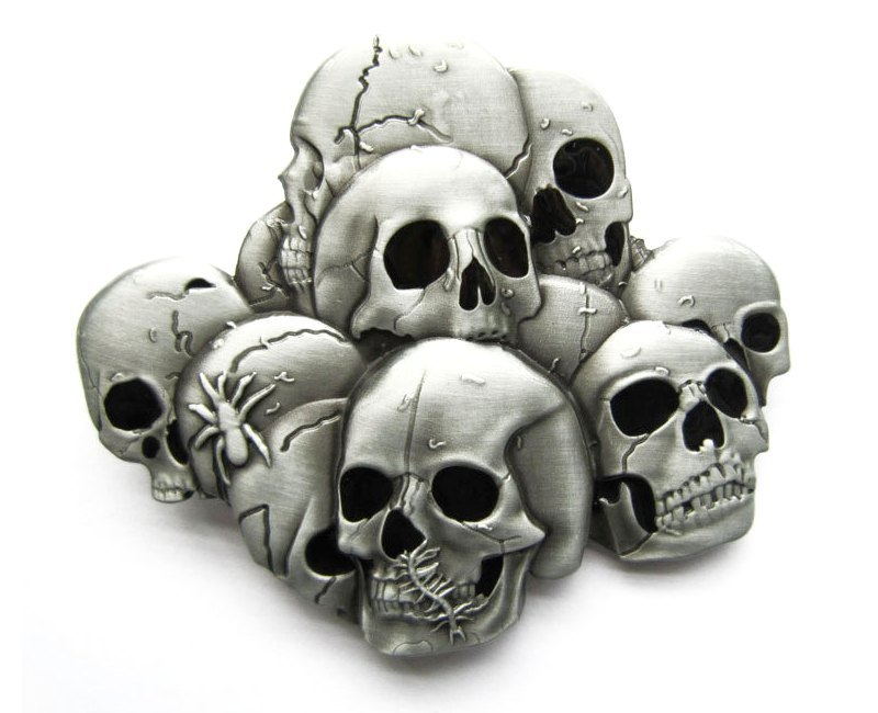 Pilha de crânios de metal