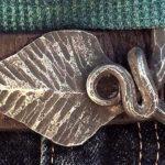 Fivelas para cintos feitas com varetas de aço forjadas como folhas