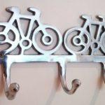 Ganchos de parede com bicicletas para pendurar roupas e bolsas