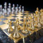 Jogo de xadrez com peças e tabuleiro de prata banhada a ouro