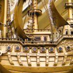 Letreiro antigo com réplica de navio em metal banhado a ouro