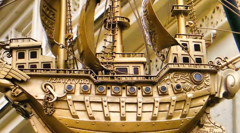 Caravela banhada a ouro