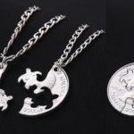 Pingente com casal de tartarugas marinhas esculpidas em moeda