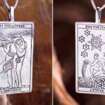 Cartas de Tarô gravadas em placas de metal como pingentes