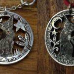 Pingentes de gatos, lua e estrelas recortados em moedas antigas
