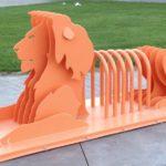 Chapas recortadas formam leão 3D como rack para bikes