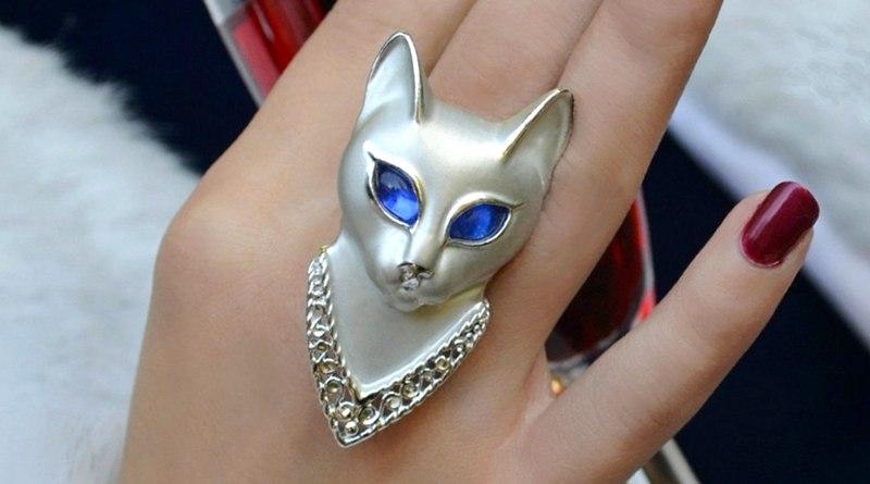 Deusa egípcia Bastet com cabeça de gato em anel poison