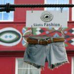 Letreiro para fachada de butique com jeans e cinto de verdade