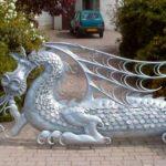 Portão com belo dragão de ferro na ilha da fantasia medieval