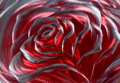 Rosa com reflexos holográficos esculpida em alumínio