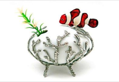 Coral de pewter e peixe Nemo composto com cerâmica