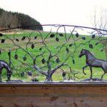 Cavalos de metal decoram parapeitos de fazendas e haras