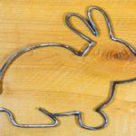 Contorno de coelho decorativo desenhado com varetas de metal