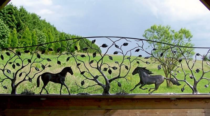 Esculturas de cavalos em metal