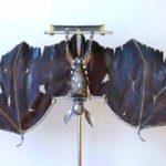 Morcego steampunk feito com peças de metal e couro reciclados
