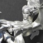 Mulher com asas de dragão empina motocicleta custom
