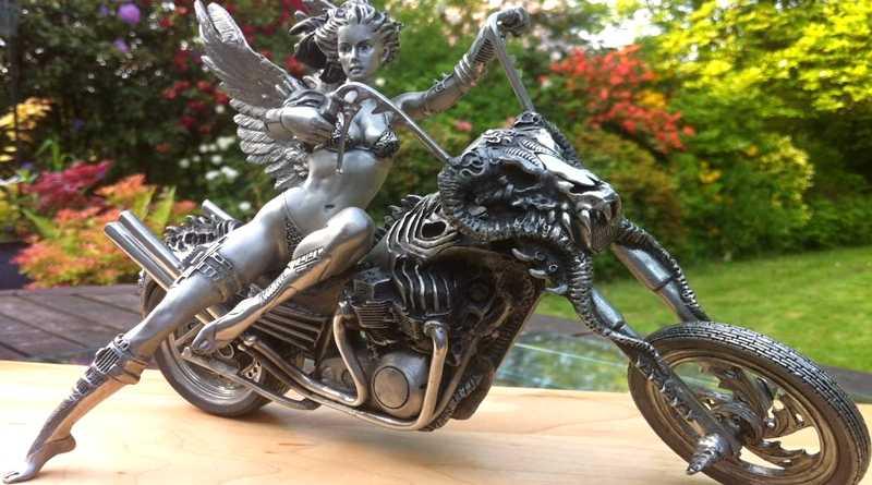 Mulher alada numa motocicleta