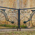 Portão com bicicletas na igreja de Notre-Dame dos Ciclistas