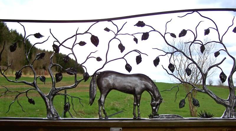 Escultura de cavalo em metal