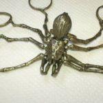 Anel de aranha gigante com pernas articuladas por três dedos