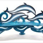 Banco escultural com golfinhos saltando sobre as ondas azuis