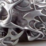 Caveira com ornamentos tribais modelada em resina e metal